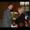 Hubert Pinggera, Bürgermeister von Prad, ehrt Betreuerin Georg Paulmichls Raisa Tkach
